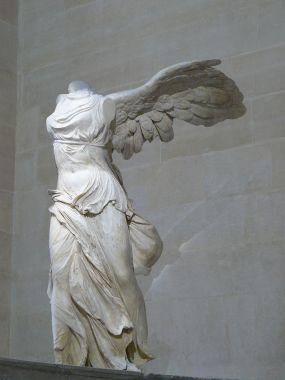 Victoire_de_Samothrace_-_vue_de_trois-quart_gauche,_gros_plan_de_la_statue_(2)